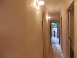 1階廊下は漆喰壁にアーチ型のウオークインクローゼット、照明はおしゃれなマリンランプ