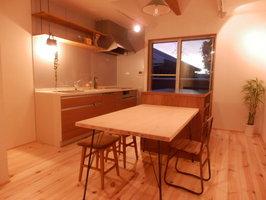 木製の手作りのダイニングテーブルと棚