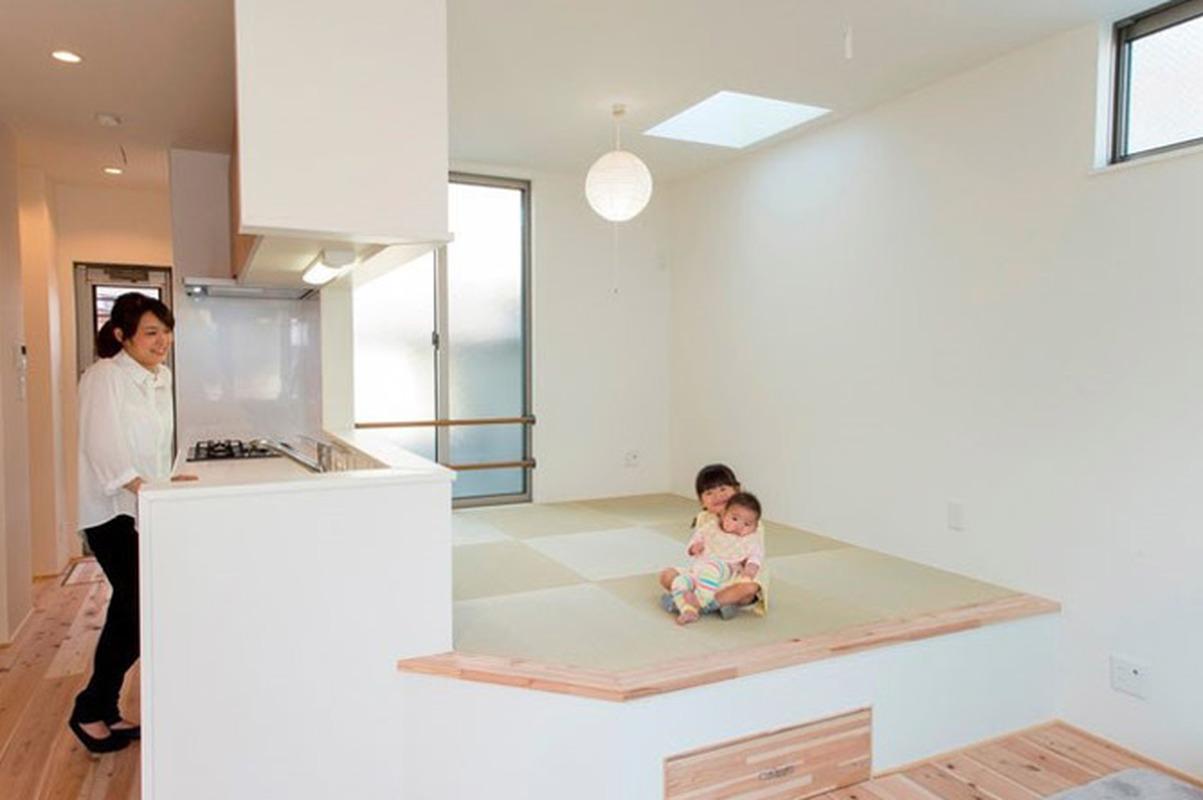 そしてここがママの要望のひとつ「ごろ寝ができる畳スペース」を実際に叶えた畳スペース。 リビングより1段高くなっていて、キッチンにいるママと一番近い場所になってます。 ここでママは子供達と会話しながら安心して家事もできます! 引き戸の収納棚もあって収納も考慮されています♪
