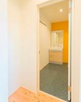 リビングの奥へ進むとトイレと洗面室があります お風呂へと続く洗面室の扉を開けるとこんな感じです。床はタイル調でここも洗面台の奥のクロスがイエローで 明るい感じ。あーやっぱり4面を同じ色で囲むんじゃなくって、少し色を変えることで遊び心出すのって 理想だな~。いい感じー。
