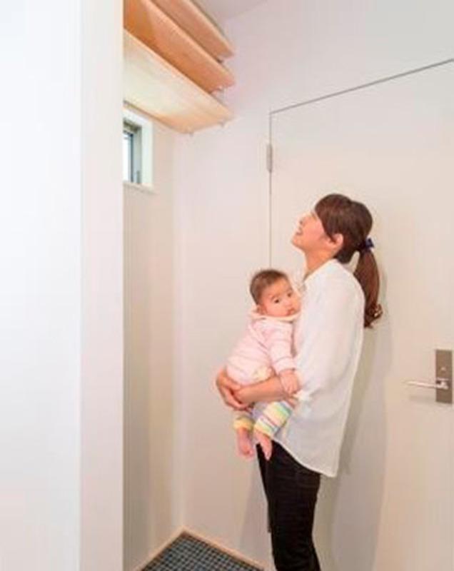 広々洗面室には収納棚もあるので、便利です。