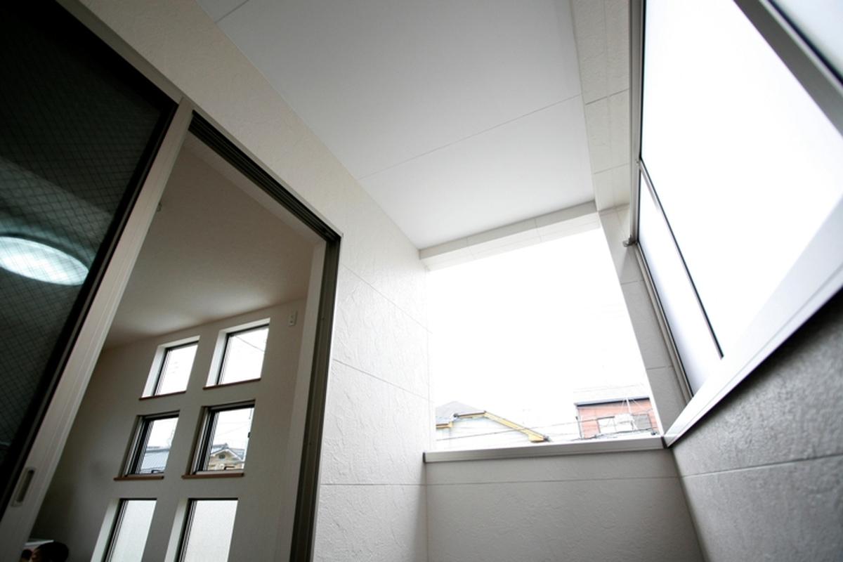 屋根付きのバルコニーで雨の日でも安心