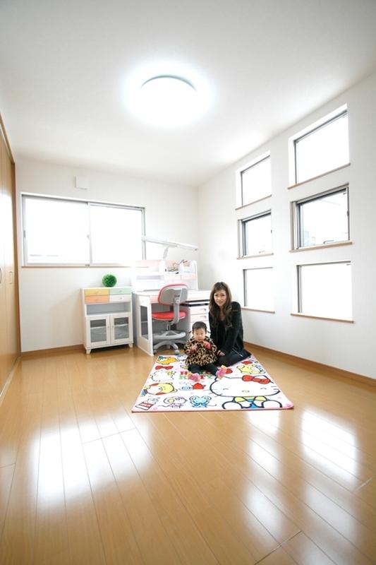 明るい子ども部屋 シンプルデザインでさまざまなインテリアと合わせやすい