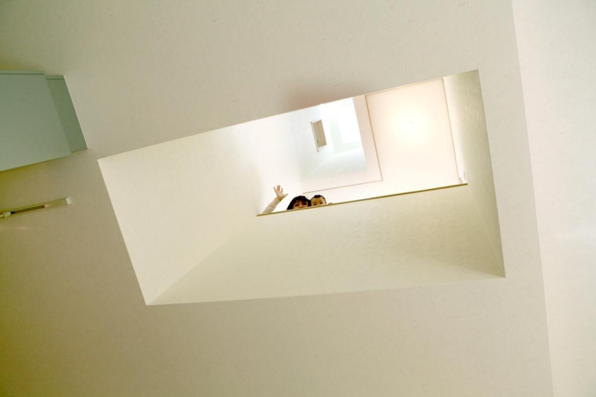 キッチンの上が吹き抜けになっていて、天窓からの太陽の光