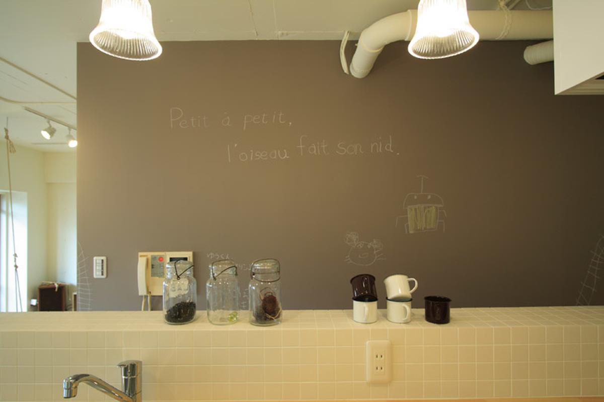 わくわくが広がるキッチンカウンターと黒板壁