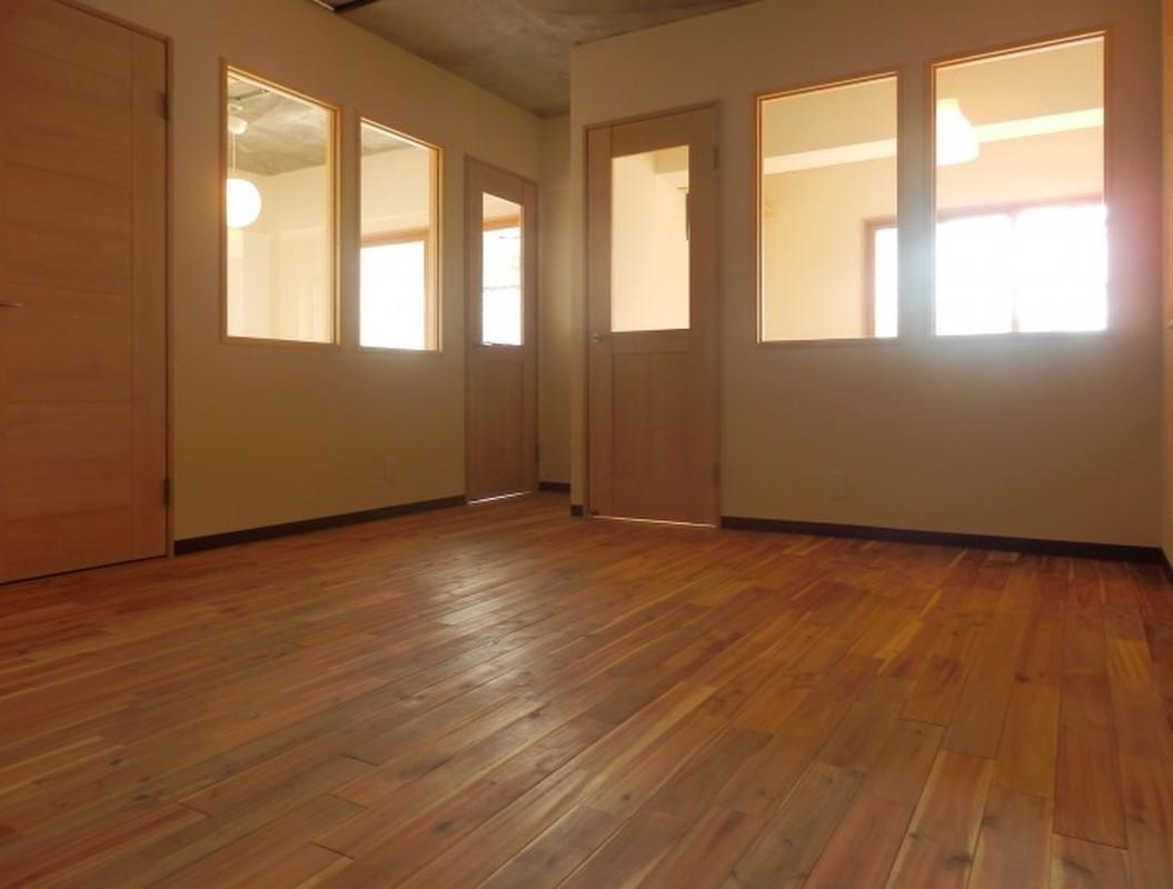 室内の壁にも窓を設け、光を部屋の奥まで取り込んでいます